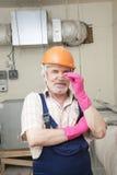 Hombre con destornillador en casco Fotografía de archivo
