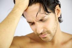 Hombre con dolor de cabeza fuerte Fotografía de archivo