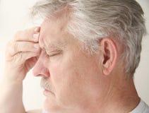 Hombre con dolor de cabeza sobre ojo Fotos de archivo libres de regalías