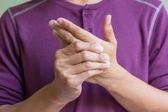 Hombre con dolor de la mano Imagenes de archivo