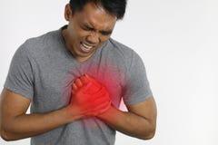 Hombre con dolor de pecho sobre un fondo blanco Fotografía de archivo