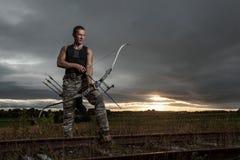 Hombre con el arco y las flechas Foto de archivo