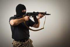 Hombre con el arma imagenes de archivo