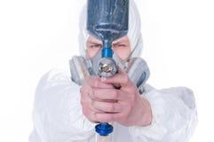 Hombre con el arma del aerógrafo, foco selectivo Fotos de archivo libres de regalías