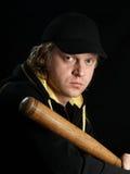 Hombre con el bate de béisbol en full-face. Foto de archivo libre de regalías