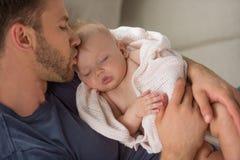 Hombre con el bebé. Fotografía de archivo libre de regalías