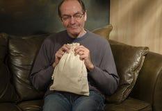 Hombre con el bolso de arpillera Foto de archivo libre de regalías