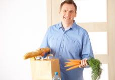 Hombre con el bolso de compras en el país Fotografía de archivo