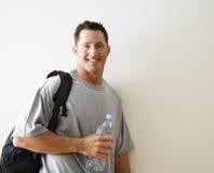Hombre con el bolso de la gimnasia Imagen de archivo