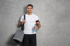 Hombre con el bolso del gimnasio fotos de archivo