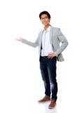 Hombre con el brazo hacia fuera en un gesto que da la bienvenida Imagen de archivo