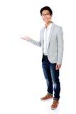 Hombre con el brazo hacia fuera en un gesto que da la bienvenida Fotos de archivo libres de regalías