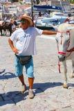 Hombre con el caballo - islas de Grecia Imagen de archivo libre de regalías