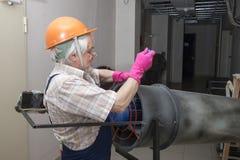 Hombre con el calentador industrial Imagen de archivo libre de regalías