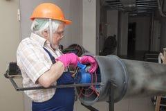 Hombre con el calentador industrial Fotos de archivo