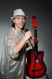 Hombre con el canto de la guitarra Foto de archivo