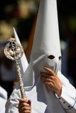 Hombre con el capo motor blanco - Semana Santa Fotos de archivo