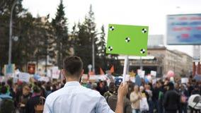Hombre con el cartel en sus manos en la huelga Reunión de Lgbt de la protesta del homosexual y lesbiana