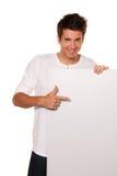 Hombre con el cartel vacío para hacer publicidad de la apertura Fotografía de archivo libre de regalías