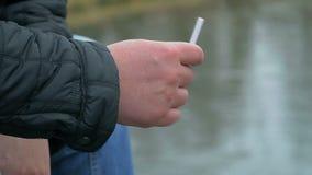 Hombre con el cigarrillo en la mano