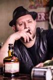 Hombre con el cigarro en el pub Imagen de archivo