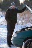 Hombre con el coche quebrado en invierno Imagen de archivo libre de regalías
