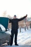 Hombre con el coche quebrado en invierno Fotos de archivo libres de regalías