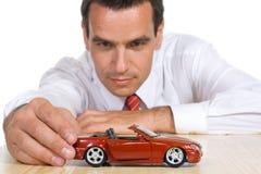 Hombre con el coche rojo del juguete Imágenes de archivo libres de regalías