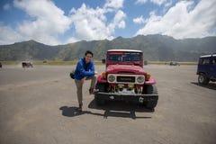Hombre con el coche rojo 4x4 fotos de archivo