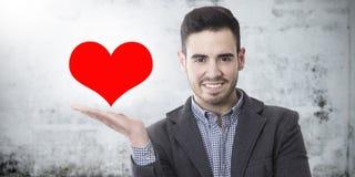 Hombre con el corazón en fondo imagen de archivo