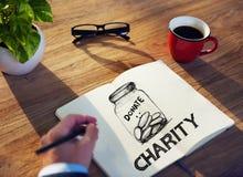 Hombre con el cuaderno de notas y el concepto de la caridad Fotografía de archivo libre de regalías