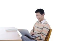 El ordenador portátil del uso del hombre conecta Internet Imágenes de archivo libres de regalías