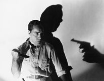 Hombre con el cuchillo a punta de pistola (todas las personas representadas no son vivas más largo y ningún estado existe Garantí Imagen de archivo