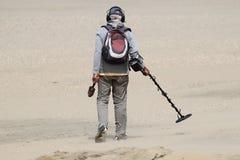 Hombre con el detector de metales Imagen de archivo