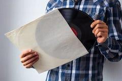 Hombre con el disco de vinilo imagenes de archivo