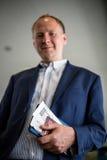 Hombre con el documento y el pasaporte de embarque Fotografía de archivo libre de regalías