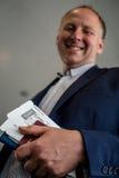 Hombre con el documento y el pasaporte de embarque Fotografía de archivo