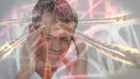 Hombre con el dolor principal contra las células de la infección de las bacterias almacen de metraje de vídeo