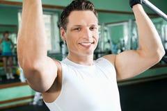 Hombre con el equipo de entrenamiento del peso imágenes de archivo libres de regalías
