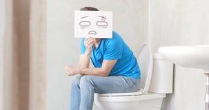 Hombre con el estreñimiento en retrete fotografía de archivo libre de regalías