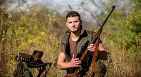 Hombre con el fondo de la naturaleza del equipo de la caza del rifle Búsqueda del equipo y de medidas de seguridad Prepárese para imágenes de archivo libres de regalías