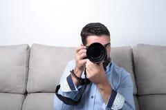 Hombre con el funcionamiento de la cámara de la foto Foto de archivo