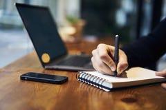 Hombre con el gasto del tiempo del teléfono móvil en espacio coworking usando los dispositivos y wifi digitales Imagen de archivo