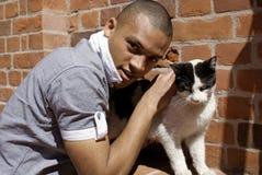 Hombre con el gato imágenes de archivo libres de regalías