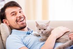 Hombre con el gato Fotos de archivo