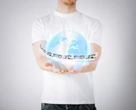 Hombre con el globo virtual y noticias Foto de archivo libre de regalías
