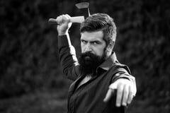 Hombre con el hacha aguda Imagen de archivo libre de regalías
