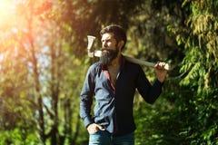 Hombre con el hacha al aire libre Imágenes de archivo libres de regalías