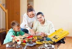 Hombre con el hijo que hace algo con las herramientas de funcionamiento Imágenes de archivo libres de regalías
