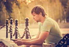 Hombre con el hombre de negocios joven al aire libre del Tablet PC Imagenes de archivo